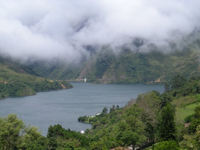 Climate and Environment Calima Lake Colombia has a variable temperature